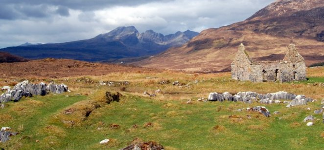 Kilchrist, Skye: Durness Limestone, Palaeogene basalt dyke, Blabheinn behind
